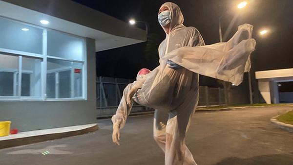 Nữ y sĩ ngất xỉu giữa đêm vì mệt, đói khi đang phân loại bệnh nhân trong khu cách ly COVID-19