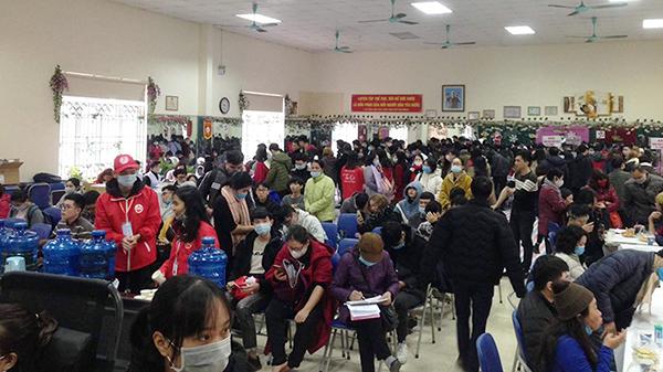 Mặc thời tiết giá lạnh, nhiều người ở Hà Nội vẫn xếp hàng hiến máu nhân đạo
