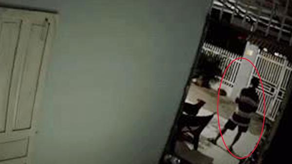 Video: Bố thấp thỏm đợi con gái nhưng khi thấy bóng con từ xa, lại có hành động lạ này