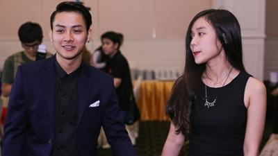 Hoài Lâm nắm tay bạn gái hot girl, quấn quýt không rời trong suốt sự kiện