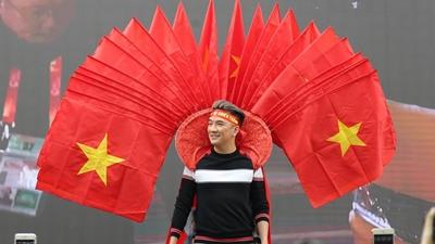 Mr Đàm mang nhiều lá cờ trên vai, cùng dànsao Việt cổ vũ U23 VN