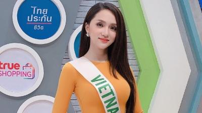 Hương Giang diện áo dài đẹp nổi bậtghi hình cho đài truyền hình Thái Lan
