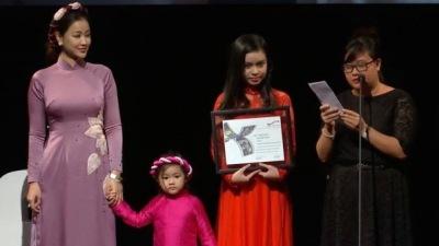 Maya cùng con gái lên nhận giải Phim xuất sắc nhất châu Á tại LHP Toronto