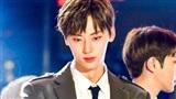 Vạch áo khoe 'múi' rồi tự xấu hổ: Chỉ có thể là Hwang Minhyun (Wanna One)
