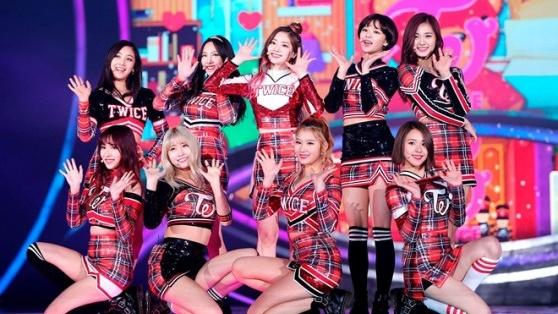 Vượt mặt BTS - BlackPink tại Nhật, TWICE liền lúc dẫn đầu 2 BXH khủng của 'Tower Records' 2018