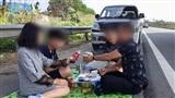 Ăn uống vui vẻ trên đường cao tốc, gia đình 'ồ hố' nhất mùa Tết bị phạt 5,5 triệu đồng