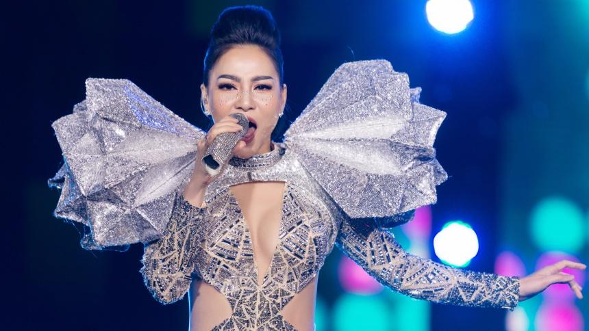 Bất chấp trời lạnh, Thu Minh đốt cháy sân khấu với vũ đạoquyến rũ
