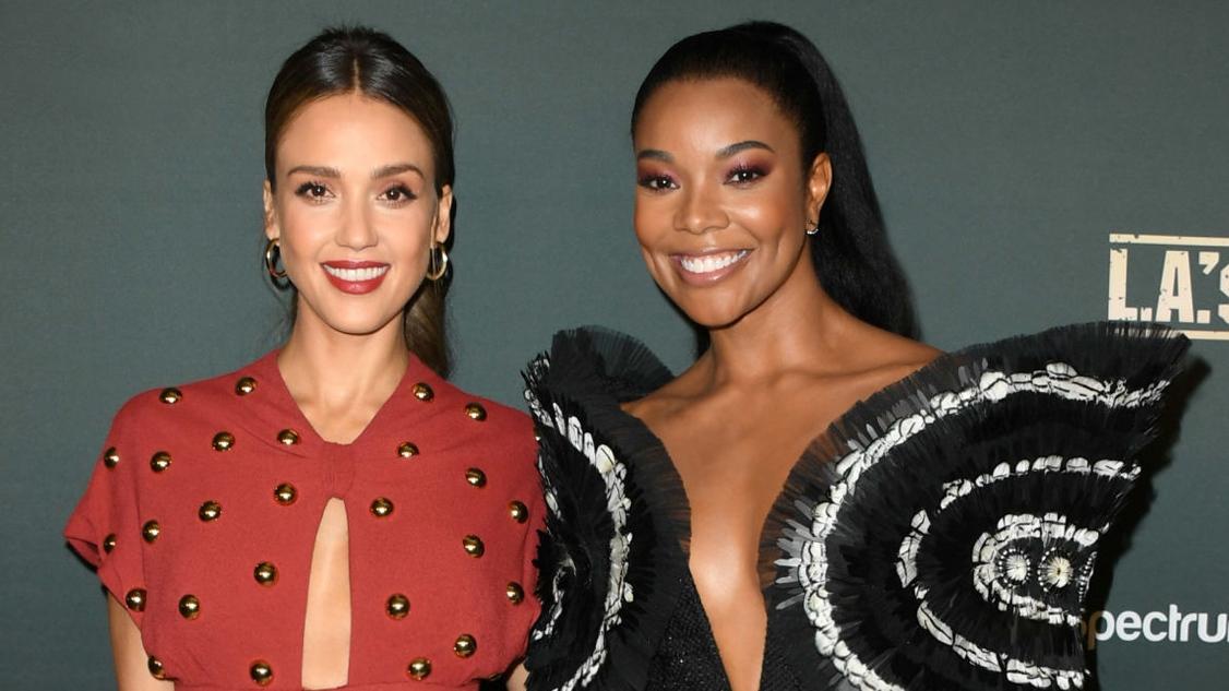 Minh tinh Hollywood -Gabrielle Union mặc trang phục Công Tríđọ sắc cùng Jessica Alba