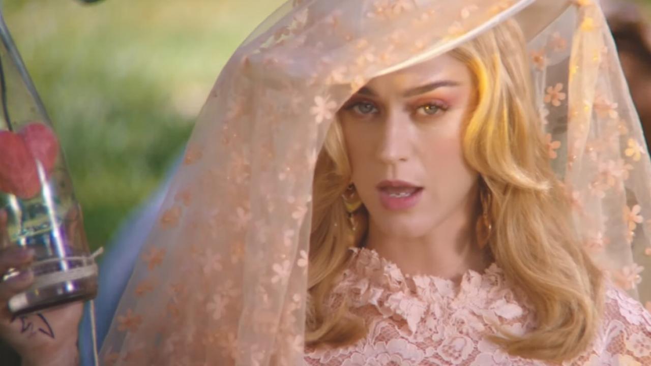 Bị chê hát live dở tệ, Katy Perry quay clip hát Never Really Over phản pháo… trong nhà vệ sinh