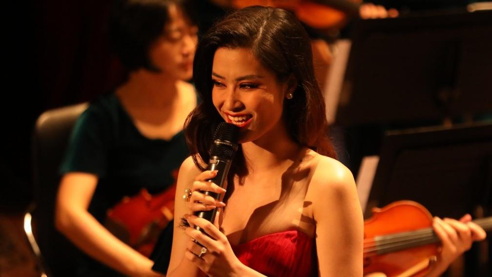 Sắp làm đám cưới với Ông Cao Thắng, Đông Nhi vẫn gây bất ngờ khi hát bên dàn nhạc giao hưởng 70 người