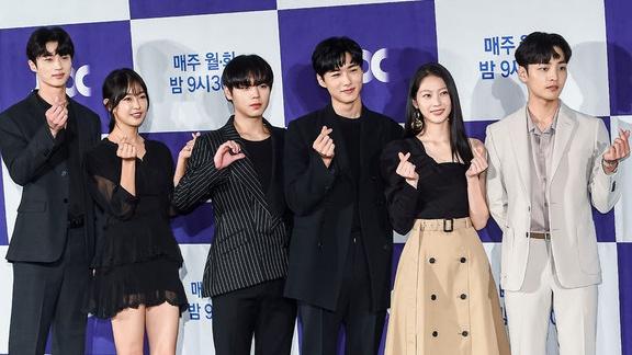 Trước thềm phát sóng 'Biệt Đội Hoa Hòe: Trung tâm mai mối Joseon', Park Ji Hoon, Gong Seung Yeon xúng xính váy áo đổ bộ tại họp báo