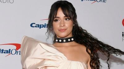 Sau khi công khai tình cảm, Camila Cabello rạng rỡ trên thảm đỏ trong trang phục NTK Công Trí