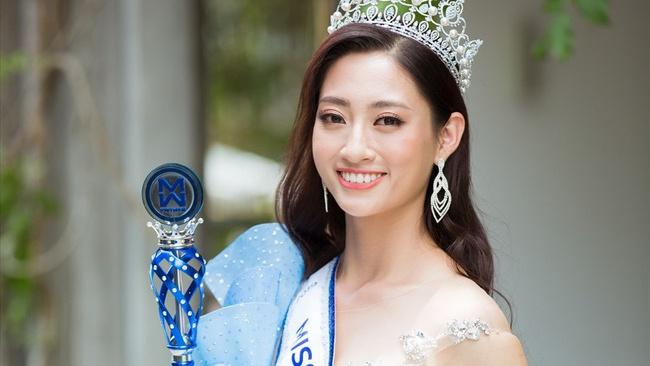 Đăng quang chưa tròn 2 tháng, Hoa hậu 19 tuổi Lương Thùy Linh được mời ngồi ghế nóng