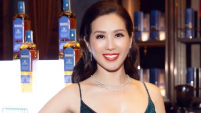 Hoa hậu Thu Hoài mặc xẻ cao táo bạo, khoe eo thon nhỏ nhắn sau khi giảm cân