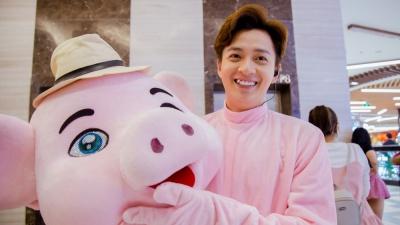 Làm heo hồng đáng yêu nhảy múa giữa trung tâm thương mại, Ngô Kiến Huy khiến fan hú hét