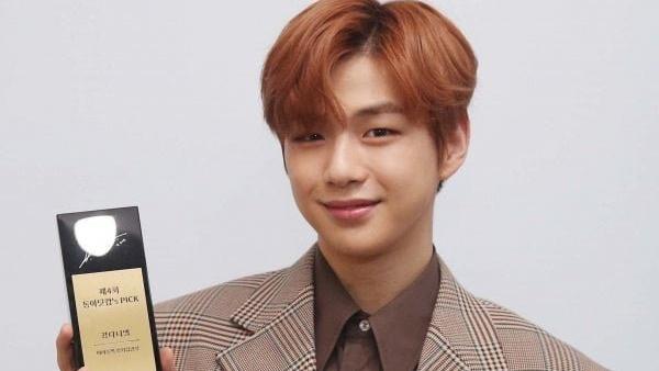Số tuần đạt No.1 ấn tượng, Kang Daniel nhận được cúp kỉ niệm từ Idol Pick