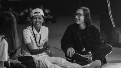 Hé lộ chùm ảnh đặc biệt trong 'Show của Đen': H'Hen Niê ngồi bệt dưới khán đài xem Đen Vâu tổng duyệt