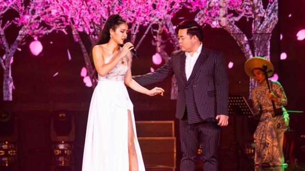 Sau khi thừa nhận phẫu thuật thẩm mỹ, Phương Trinh Jolie tình tứ hát Bolerocùng Quang Lê