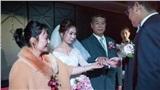 Ngày cưới, bố vợ đại gia chỉ tặng con gái đôi nhẫn cỏ khiến cả hội hôn bàn tán song câu nói của ông với chàng rể lại làm mọi người nghẹn ngào xúc động