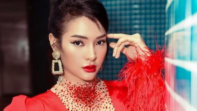 Diện váy đỏ rực khoe chân dài miên man, Phương Trinh Jolie tất bật chạy show