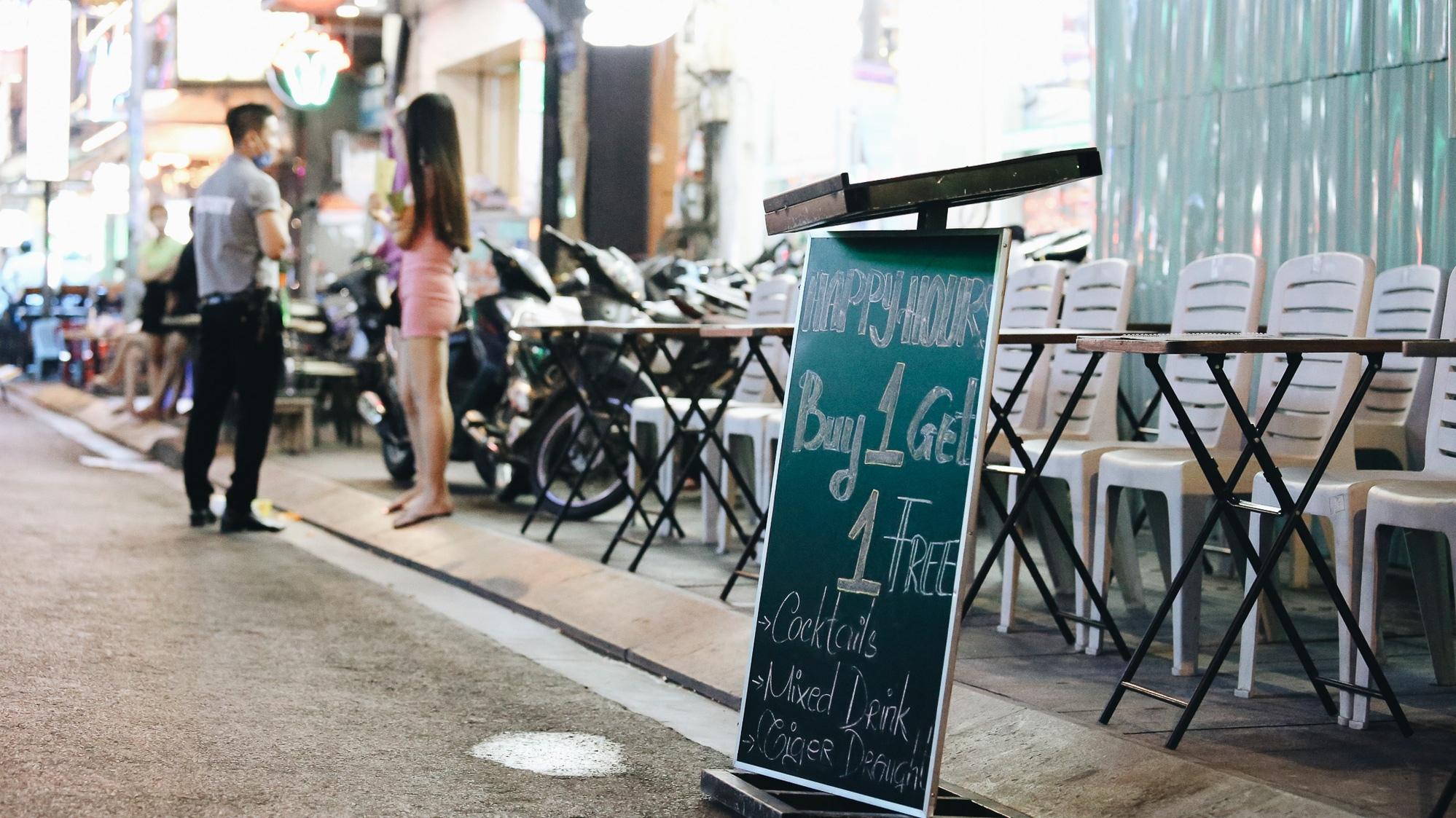 Phố Tây Bùi Viện ế ẩm vì dịch Covid-19 trước giờ tạm dừng hoạt động: Từ con phố sôi động đến nơi vắng lặng nhất Sài Gòn, miễn phí đồ uống cũng chẳng có khách