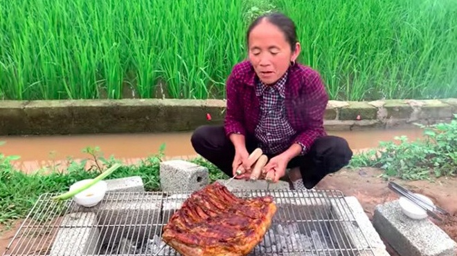 Bà Tân Vlog ra clip nướng tảng thịt lợn khổng lồ siêu cay, nhưng dân mạng lại kịch liệt chỉ ra điều chưa được này