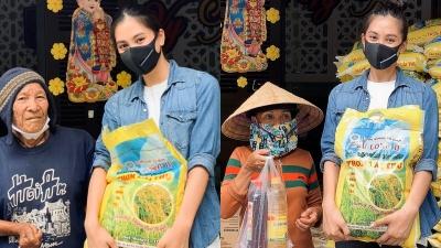 Hoa hậu Tiểu Vy trao tặng 1 tấn gạo cho người nghèo tại quê nhà