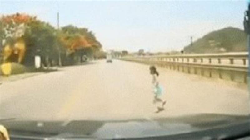 Tránh bé gái chạy sang đường, tài xế xử lý xuất thần khiến người chứng kiến 'tái mặt' vì sợ hãi