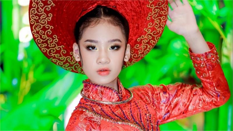 Mẫu nhí Bảo Hà hóa Hoàng hậu, đội mấn nặng hơn 3kg sải bước tự tin trên phố đi bộ Nguyễn Huệ