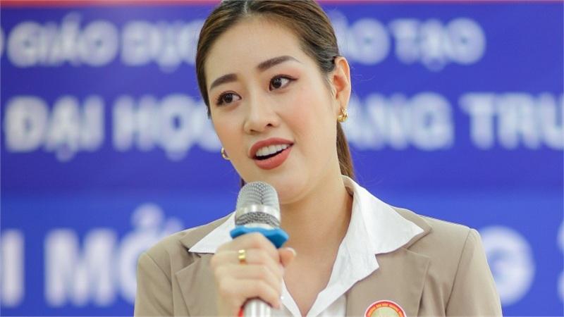 Hoa hậu Khánh Vân diện tuxedo, hát hit của Đông Nhi cùng học sinh tại Bình Định