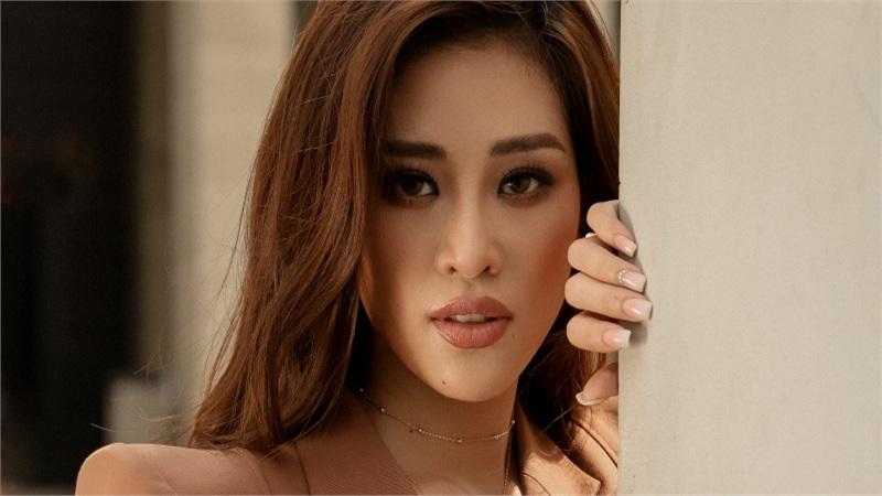 Hoa hậu Khánh Vân thả dáng dạo phố trong trang phục tone trầm