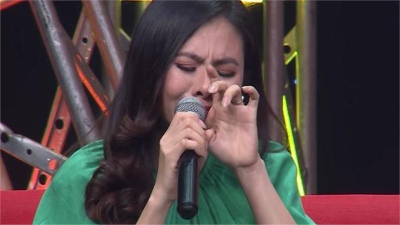 Diễn viên Vân Trang khóc nức nở: 'Cứ nhắc đến là tôi chỉ muốn bỏ nhà mà đi'
