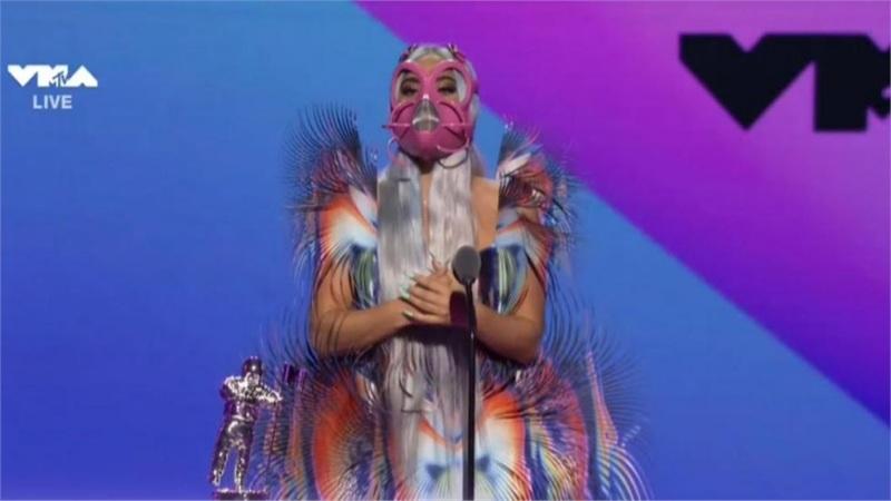 Một VMAs mùa cách li xã hội: Phông nền đen, biểu diễn như thể bạn đang quay MV trong studio