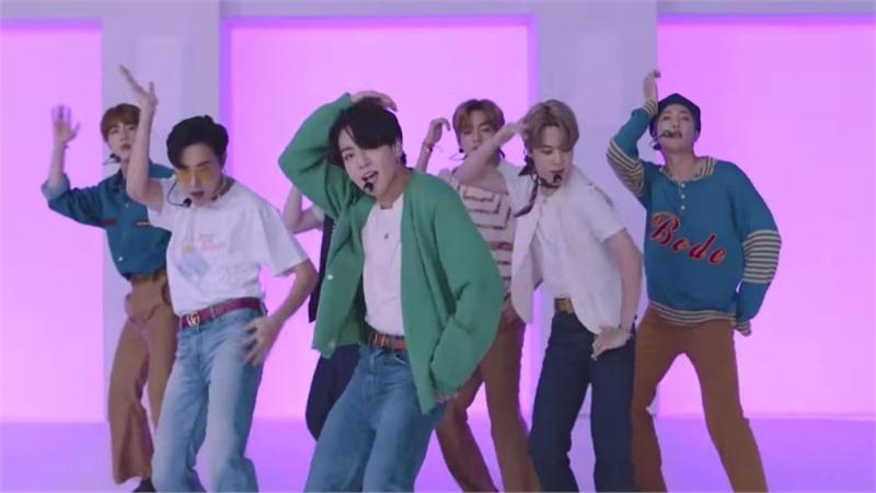 Clip hot: Sân khấu của nghệ sĩ châu Á đầu tiên xuất hiện trên Press Play của GRAMMYs - BTS với Dynamite!