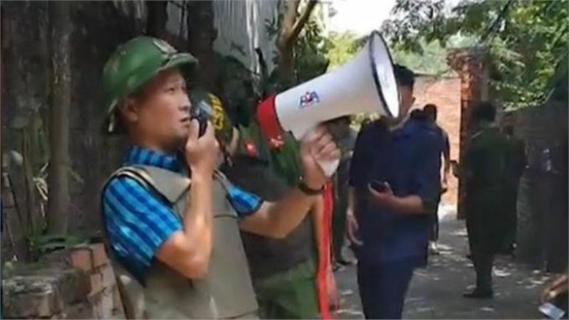 Bắc Ninh: Giải cứu thành công bé gái 6 tuổi bị bố đẻ bạo hành dã man, cố thủ trong nhà nhiều giờ liền