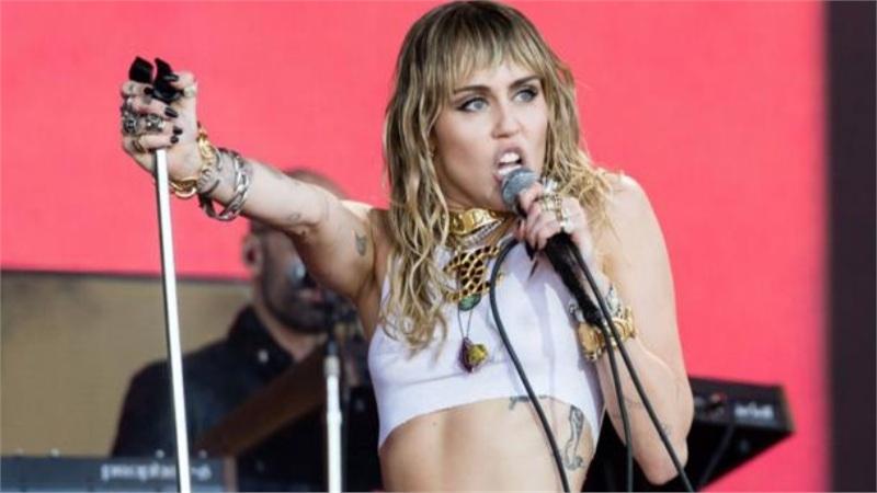 Miley Cyrus lần đầu chia sẻ về giọng hát ngày càng xuống dốc, phủ nhận tin đồn mất giọng vì nghiện rượu