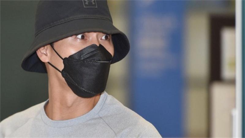Chính thức trở về Hàn Quốc sau 2 tháng ở nước ngoài, Hyun Bin gây ấn tượng mạnh bởi vẻ ngoài đen bóng và cơ bắp cuồn cuộn