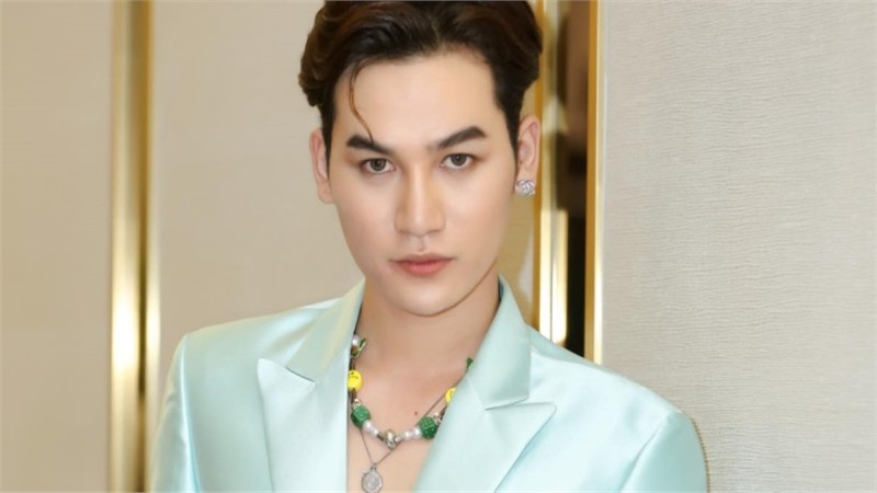 Ali Hoàng Dương giữ vai trò first face, đứng chung sàn diễn cùng Thanh Hằng, Lan Khuê