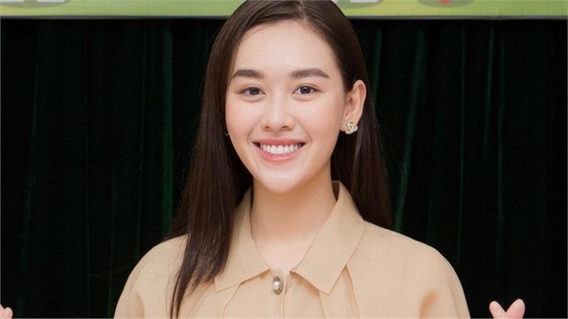 'Ngất lịm' trước nụ cười ngọt ngào của Á hậu Tường San khi phát quà trung thu cho trẻ em nghèo