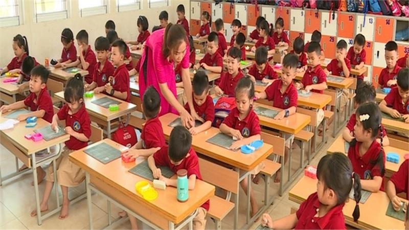 Lớp học quá tải, giáo viên xoay xở dạy chương trình mới