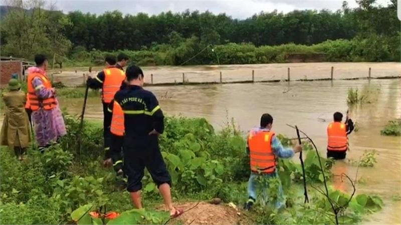 Một người dân bị nước lũ cuốn trôi trong lúc đánh cá