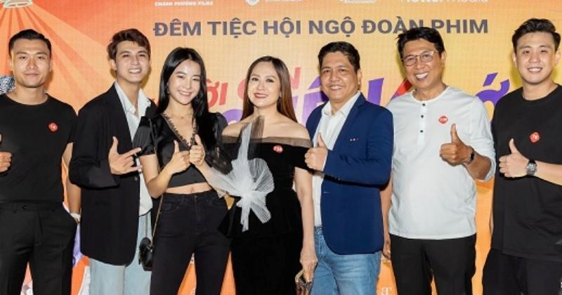 Đạo diễn Charlie Nguyễn và Đỗ Đức Thịnh xúc động tại tiệc đóng máy phim 'Người cần quên phải nhớ'