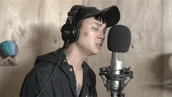 Hoài Lâm bất ngờ khoe giọng hát tình cảm, trải đời trong phòng thu