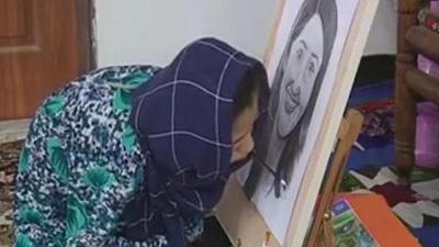Cô bé bị liệt tay chân vẽ tranh đẹp như một họa sĩ thực thụ