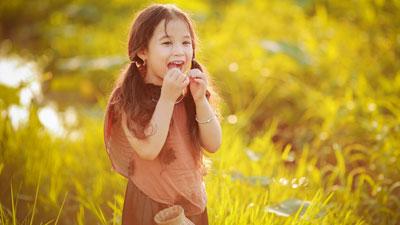 Tan chảy với biểu cảm đáng yêu của 'thôn nữ nhí' bên sen đầu mùa