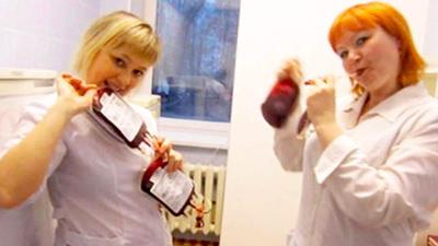 'Trào lưu' selfie cùng bệnh nhân gây phẫn nộ của bác sĩ y tá Nga