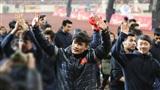 Đội tuyển U23 đi vòng quanh khán đài cảm ơn người hâm mộ