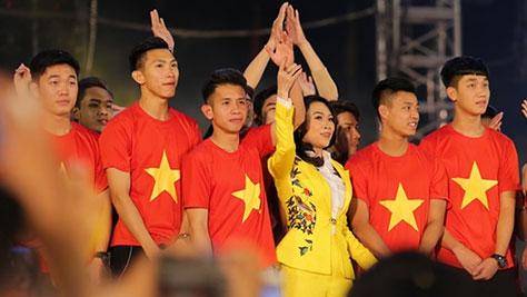 Mỹ Tâm gọi tên Duy Pinky khi hát trên sân khấu giao lưu U23 Việt Nam