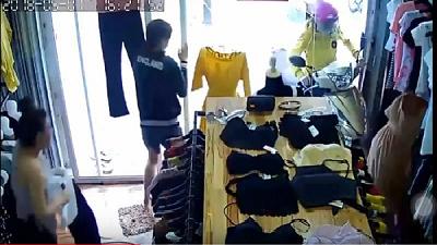 Clip: Nữ 'Ninja Lead' xi-nhan trái rồi điều khiển xe sang phải lao lên vỉa hè đâm nát cửa kính shop quần áo