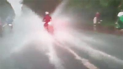 Clip gây phẫn nộ: Thanh niên phóng mô tô như bay trên đường ngập úng khiến nhiều người ướt sũng